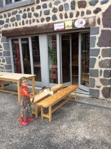 Eloïse m'aide à l'entretien des tables et bancs